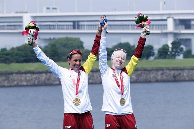 Sara Loehr y Susana Rodríguez celebran en el podio su oro en los Juegos Paralímpicos de Tokio
