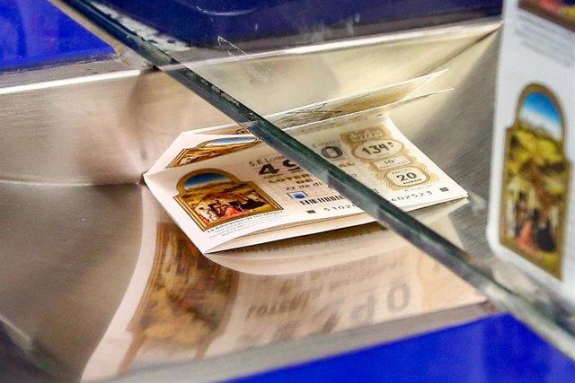 Archivo - Décimos para el Sorteo Extraordinario de la Lotería de Navidad 2020 en la administración de lotería La Pajarita, en Madrid (España), a 4 de noviembre de 2020. A un mes y medio del tradicional sorteo, la Agrupación nacional de Asociaciones Provin