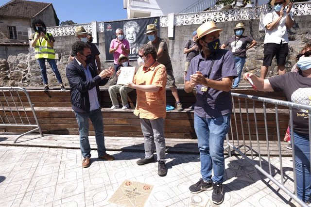 El conselleiro de Cultura, Román Rodríguez, con el directo Jorge Coira premiado en el Festival de Cans