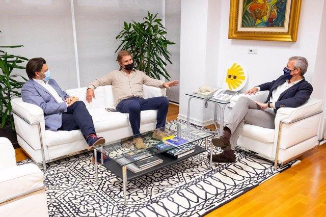 EL vicepresidente primero de la Xunta, Alfonso Rueda, acompañado por el secretario xeral da Emigración, Antonio Rodríguez Miranda, han recibido al presidente de la Asociación de Empresarios Gallegos de EEUU (Aegusa), José Manuel Brandariz
