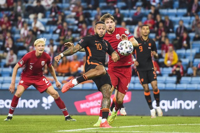 01 September 2021, Norway, Oslo: Netherlands' Memphis Depay (L) and Norway's Stefan Strandberg battle for the ball during the 2022 FIFA World Cup European Qualifying soccer match between Norway and the Netherlands at Ullevaal Stadium. Photo: Fredrik Varfj