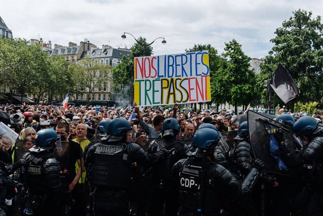 07 August 2021, France, Paris: Thousands of people take part in a protest against stricter coronavirus rules and compulsory vaccinations for hospital and nursing home workers. On Thursday, 5 August 2021, France's Constitutional Council approved the contro