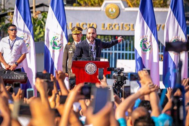 Archivo - El presidente de El Salvador, Nayib Bukele, frente a la Asamblea Legislativa