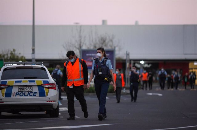 Policía monta guardia cerca del supermercado New Lynn en Auckland, Nueva Zelanda, 3 de septiembre de 2021.