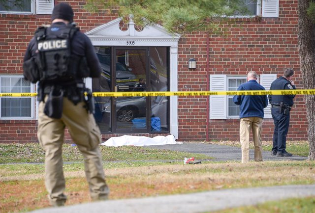 Archivo - 12 February 2020, US, Baltimore: Baltimore Police investigate a crime scene which appears to show a body covered under a white blanket outside of an apartment in Northeast Baltimore, where a suspect shot two members of a police task force in the
