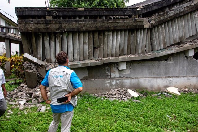 Personal de UNICEF examina un centro educativo destruido en Camp-Perrin, Les Cayes