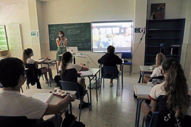 Archivo - Alumnos atienden durante una clase semipresencial de Matemáticas
