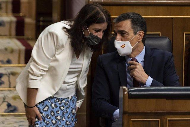 Archivo - El presidente del Gobierno, Pedro Sánchez, habla con la portavoz del PSOE en el Congreso, Adriana Lastra, en el Congreso, en Madrid (España), a 29 de julio de 2020. Sán