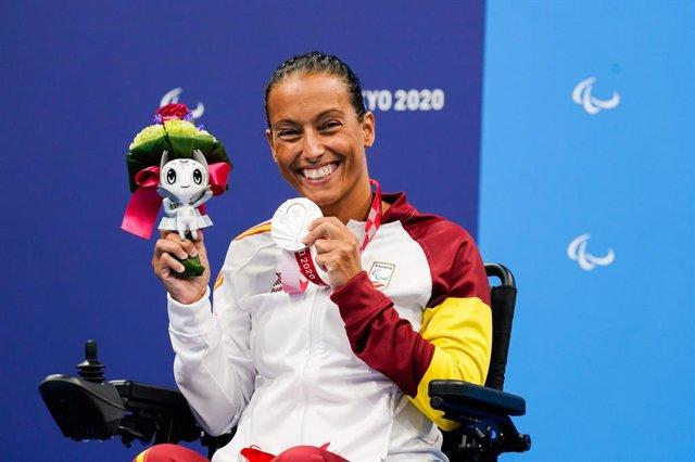 Teresa Perales sonríe con su medalla de plata en los 50 espalda S5 de los Juegos Paralímpicos de Tokio