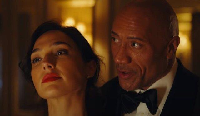 Dwayne Johnson y Gal Gadot en el tráiler de Alerta Roja de Netflix
