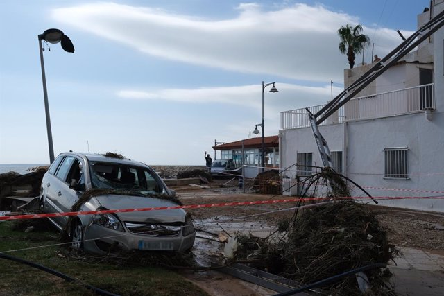 Un cotxe destrossat després del pas de la tempesta d'aquest dimecres en el municipi d'Alcanar (Tarragona)