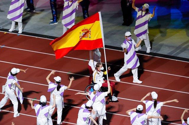 La nadadora Marta Fernández porta la bandera española en la Ceremonia de Clausura de los Juegos Paralímpicos de Tokio