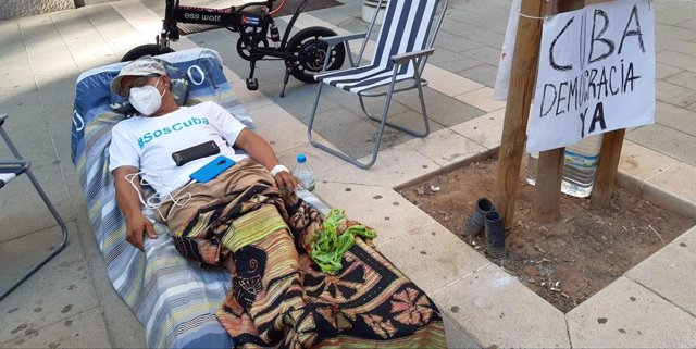 """El expreso político cubano Néstor Rodríguez, seis días de huelga de hambre frente a la Delegación del Gobierno en Palma en protesta por la """"complicidad de España con el régimen de Cuba""""."""
