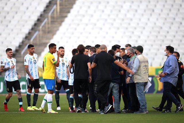 Agentes de la Agencia Nacional de Vigilancia Sanitaria brasileña (ANVISA) que intentaron detener a cuatro jugadores de Argentina durante un partido con Brasil en Sao Paulo