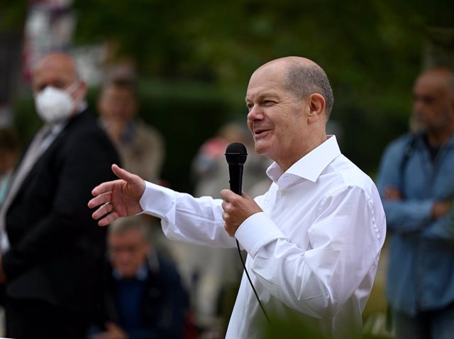 05 September 2021, Brandenburg, Potsdam: Olaf Scholz, German Minister of Finance and Candidate for Chancellor of the Social Democratic Party (SPD) talks to journalists during an SPD election campaign event at Johannes-Kepler-Platz. Photo: Monika Skolimows