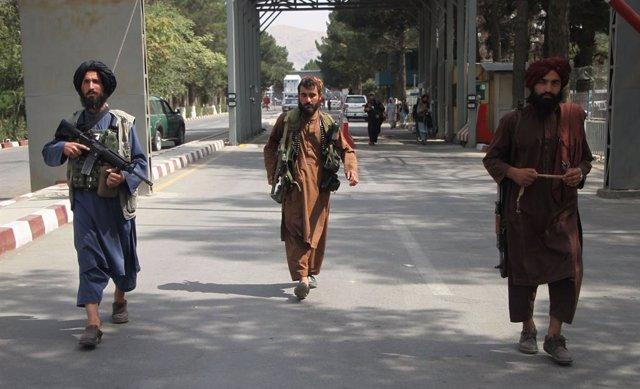 Milicianos talibán en el aeropuerto de Kabul