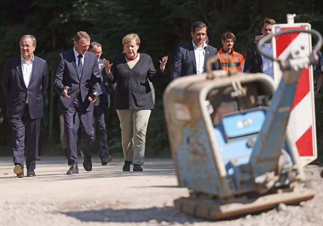 05 September 2021, North Rhine-Westphalia, Hagen: German Chancellor Angela Merkel (C) and Armin Laschet (L), candidate for chancellor of the CDU/CSU and chairman of the Christian Democratic Union (CDU), visit areas in North Rhine-Westphalia that were hit