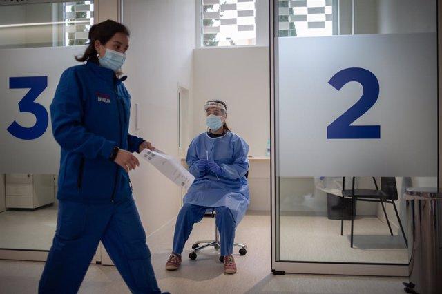 Archivo - Arxiu - Dos professionals sanitaris a l'edifici Garbí-Vall d'Hebron de Barcelona, Catalunya (Espanya), a 16 de febrer de 2021