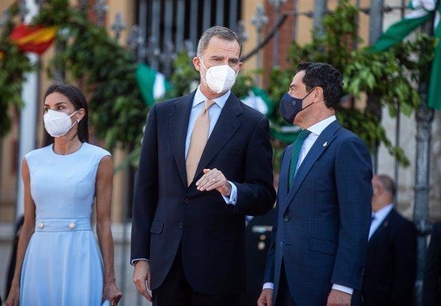Archivo - Los Reyes Felipe y Letizia, junto a el presidente de la Junta de Andalucía, Juanma Moreno (1d), en la explanada del Palacio de San Telmo antes del acto de la  entrega de la Medalla de Honor de Andalucía al Rey Felipe VI a 14 de junio del 2021, e