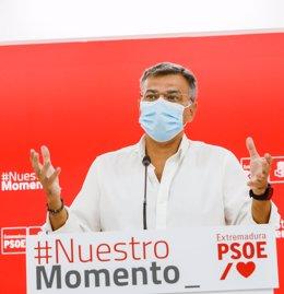 El portavoz del PSOE extremeño, Juan Antonio González, en rueda de prensa en Mérida