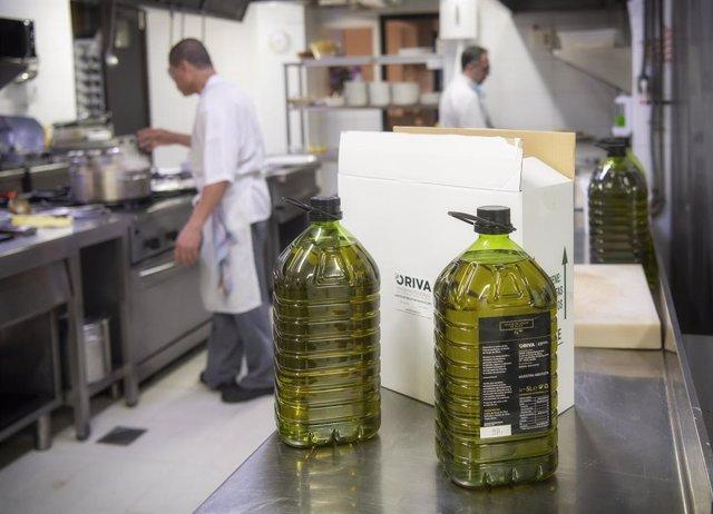 Archivo - El sector orujero entrega aceite de orujo de oliva para ayudar a la hostelería
