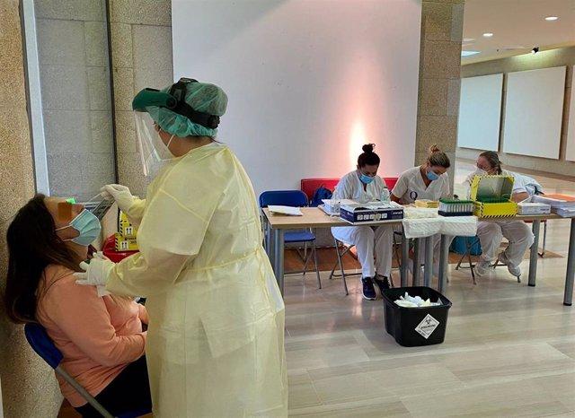Una enfermera toma una muestra en un cribado poblacional en Sanxenxo, en septiembre de 2021.