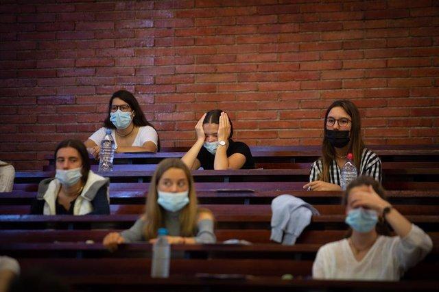 Archivo - Arxiu - Estudiants esperen abans del primer examen de les proves d'accés a la universitat a la Facultat d'Economia i Empresa de la UB