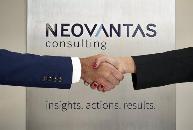 Archivo - Dos personas se estrechan la mano frente al logo de Neovantas.
