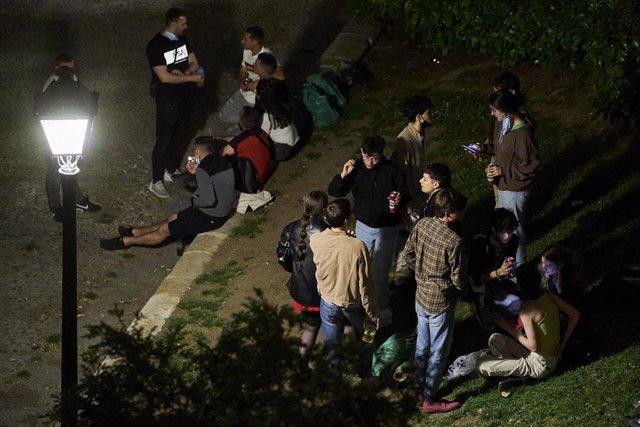 Archivo - Varios jóvenes se concentran en el Parque de las Vistillas, uno de los lugares típicos de reunión en las fiestas de San Isidro