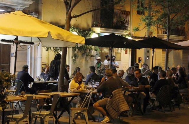 Archivo - Clientes en las terrazas de bares de Palma, de noche.