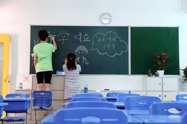 Profesoras escribiendo en una clase en Shanghai