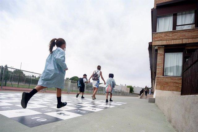Una madre acompaña a sus hijos a la entrada del colegio Virgen de Europa durante el primer día de clase del curso 2021-22, a 6 de septiembre de 2021, en Boadilla del Monte, Madrid (España). El tercer curso escolar en un contexto de pandemia arranca esta s