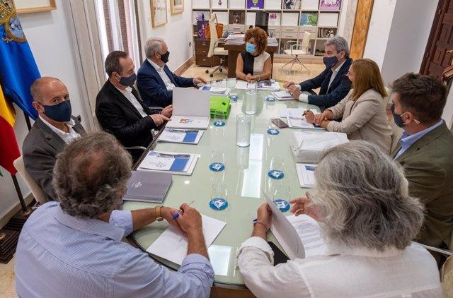 La presidenta de la Diputación de Huelva, María Eugenia Limón, en su reunión con representantes del grupo empresarial hotelero, Estival Group.