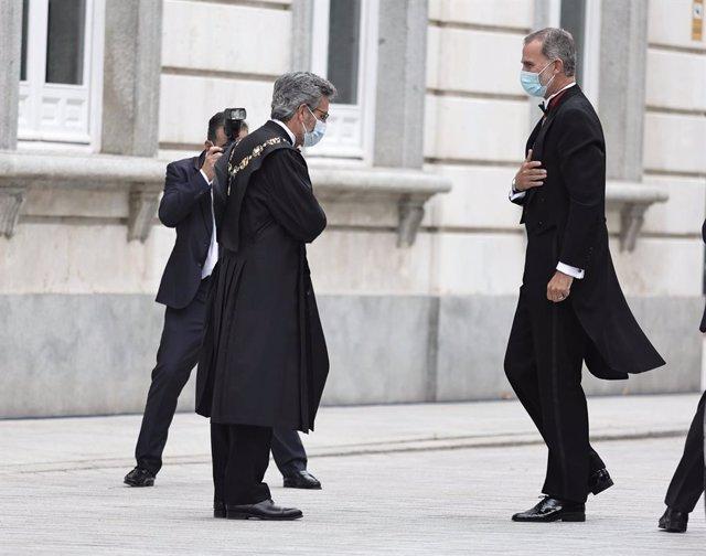 L'actual president del Tribunal Suprem i del Consell General del Poder Judicial, Carlos Lesmes (e), saluda el rei Felip VI quan arriba al Tribunal Suprem, on se celebra l'obertura de l'any judicial 2020-2021, a 6 de setembre de 2021.