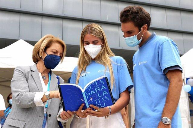 La rectora de la Universidad Ceu San Pablo, Rosa Visiedo, junto a dos estudiantes