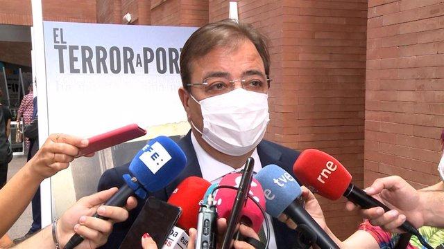 El presidente de la Junta, Guillermo Fernández Vara, atiende a los medios de comunicación,