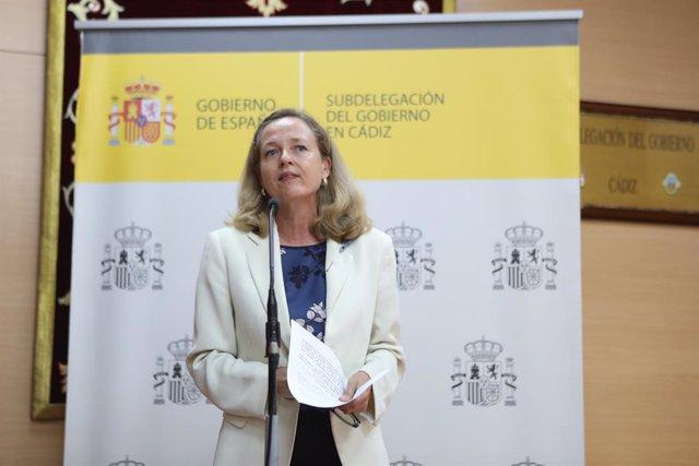 La vicepresidenta para Asuntos Económicos y Transformación Digital del Gobierno de España, Nadia Calviño, durante la rueda de prensa. A 17 de agosto de 2021, en Cádiz (Andalucía, España).