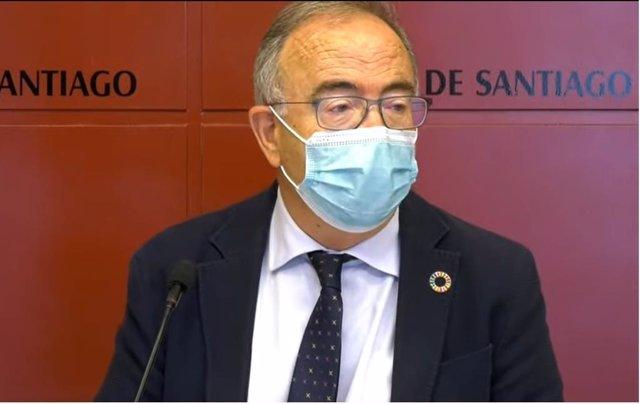 Archivo - El alcalde de Santiago, Xosé Sánchez Bugallo, en rueda de prensa