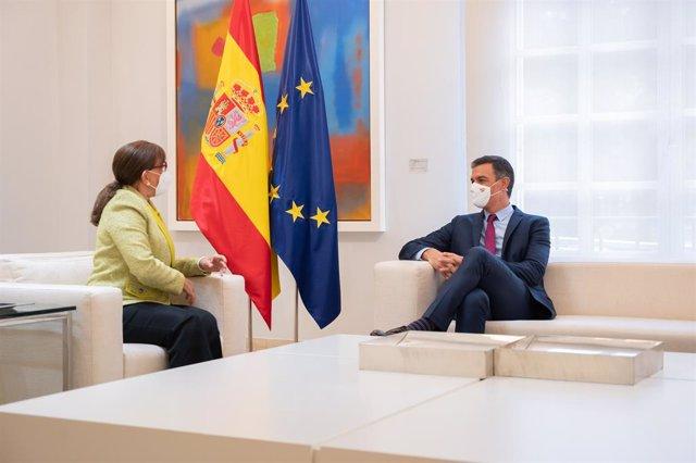 El presidente del Gobierno, Pedro Sánchez, y la responsable de la SEGIB, Rebeca Grynspan, durante el encuentro de despedida de esta en Moncloa