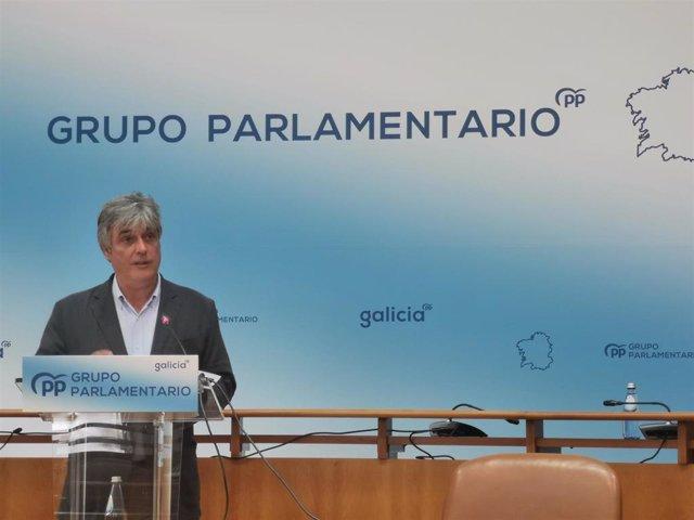 El portavoz del PPdeG en el Parlamento gallego, Pedro Puy, en rueda de prensa.