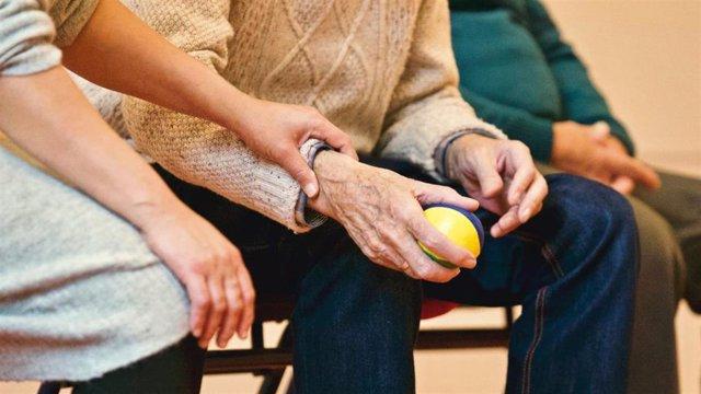 Anciano haciendo ejercicio con una pelota