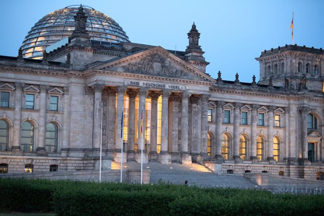 Archivo - 14 June 2021, Berlin: A general view of the German Reichstag building. On 26 September 2021, the Germans will elect a new Bundestag. Photo: Felix Schröder/dpa