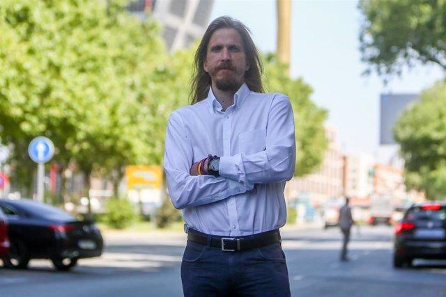 El coordinador general de Podemos en Castilla y León, Pablo Fernández, posa en las inmediaciones de la agencia después de una entrevista para Europa Press, a 12 de agosto de 2021, en Madrid (España).