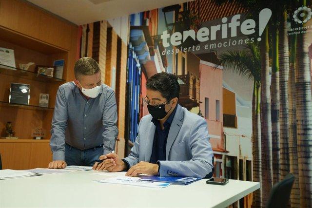 Archivo - El consejero delegado de Turismo de Tenerife, David Pérez, y el presidente del Cabildo, Pedro Martín