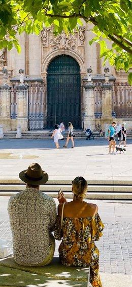 Turistas frente a la Catedral de Jaén.