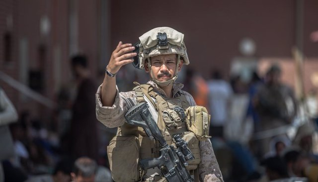 HANDOUT - 23 August 2021, Afghanistan, Kabul: A US marine soldier operates at the Hamid Karzai International Airport during the evacuation of civilians following the Taliban takeover. Photo: -/U.S. Marines via ZUMA Press Wire Service/dpa - ACHTUNG: Nur zu