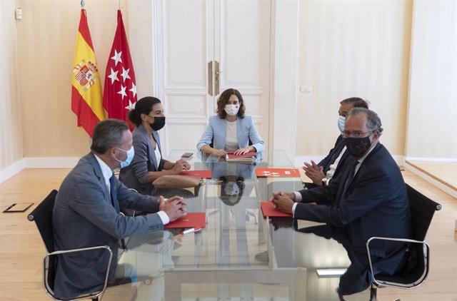 La portavoz de Vox en la Asamblea, Rocío Monasterio (2i); la presidenta de la Comunidad de Madrid, Isabel Díaz Ayuso (3d);  el consejero de Presidencia, Justicia e Interior de la Comunidad de Madrid, Enrique López (2d), y el consejero de Educación, Cienci