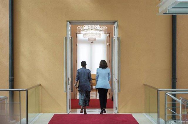 La presidenta de la Comunidad de Madrid, Isabel Díaz Ayuso (d), y la portavoz de Vox en la Asamblea, Rocío Monasterio (i), a su salida de la Casa de Correos, sede del Gobierno regional, a 6 de septiembre de 2021, en Madrid, (España). La presidenta madrile