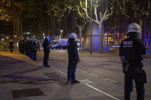 Diversos agents de Mossos d' Esquadra, durant la primera nit de les Festes de Sants, a 25 d'agost de 2021, a Barcelona, Catalunya (Espanya), en una imatge d'arxiu