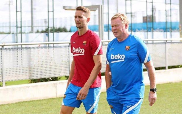 Luuk de Jong y Ronald Koeman en el entrenamiento del FC Barcelona